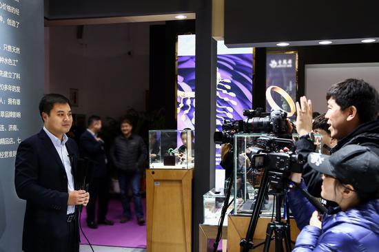 北京七彩云南翡翠珠寶商場經理賈曉峰接受采訪中