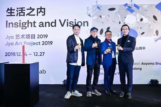 建筑师青山周平(左一),艺术家展望(左二),Jya品牌创始人、设计师苏峻,UCCA副馆长、生活之内策展人尤洋,共同庆祝展览开幕