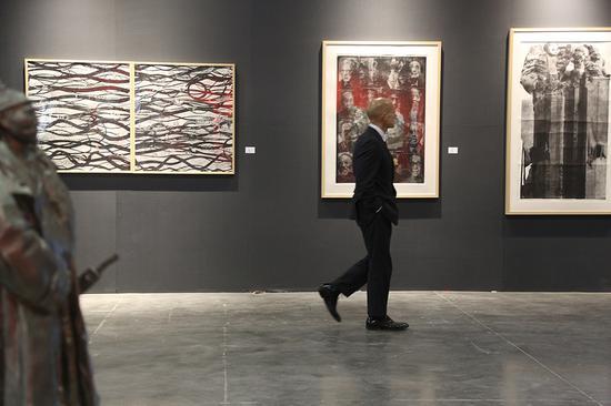 新西兰奥克兰大年夜学依兰姆美术学院院长、有名艺术评论家Peter Neil Shand在现场不雅看西安美术学院版画系作品