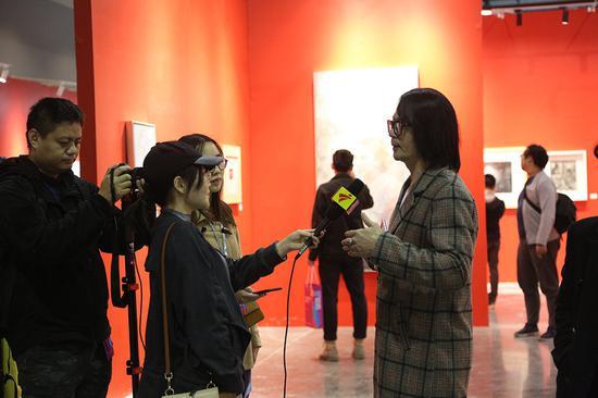 本届大年夜艺博(广州)青年策展人专区学术指导江衡师长教员在接收媒体专访
