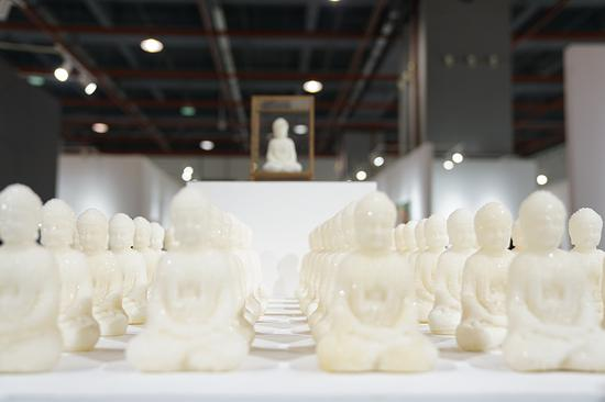 南京艺术学院的参展艺术家董开鹏用白沙糖创作的雕塑作品《甜美蜜》