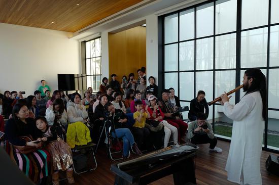 古琴尺八艺术家祝山智演奏中