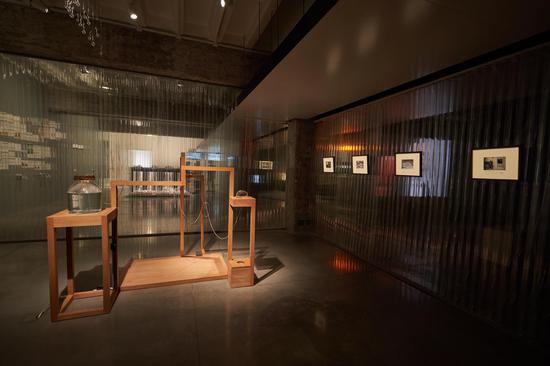 Hyundai Blue Prize 2018 获奖展览现场,策展人龙星如策展《撒谎的索菲亚和嘲讽的艾莉克莎》现场1