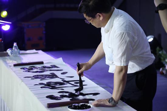 中国美术家协会分党组书记、驻会副主席徐里题字:经典传承