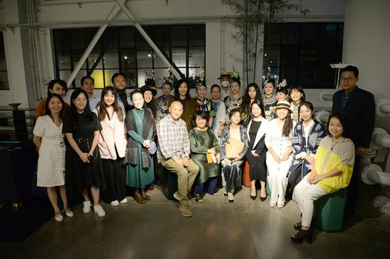 與會專家學者與嘉賓合影與侗族大歌表演者合影