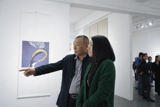▲首都师范大学国学传播中心主任兆辉于现场解读作品