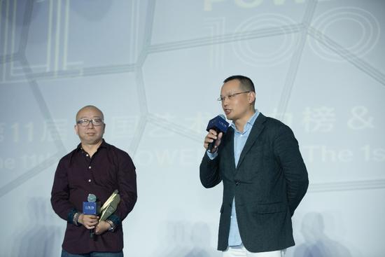 观唐文化艺术股份有限公司董事长李保刚(右一)为获奖艺术家颁奖并致辞