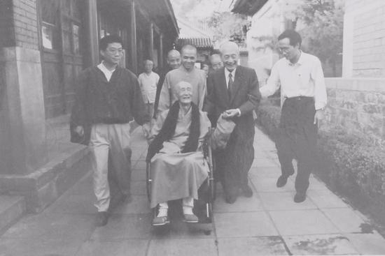 赵朴初(右二)会见著名佛教思想家印顺法师(左二)