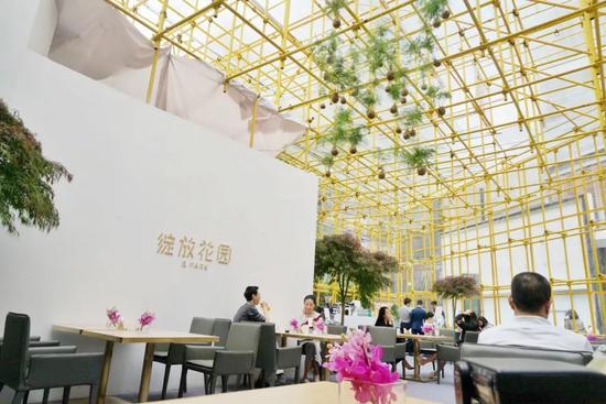 """首届Art Chengdu""""绽放花园""""迷你快闪店在艺术博览会现场内以创意空间为VIP嘉宾和观众提供用餐交流场所"""