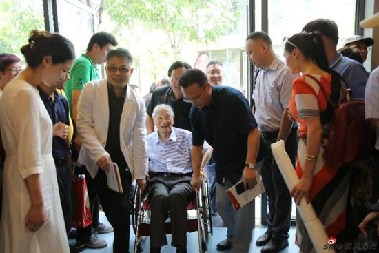 104岁顾振乐参加开幕仪式