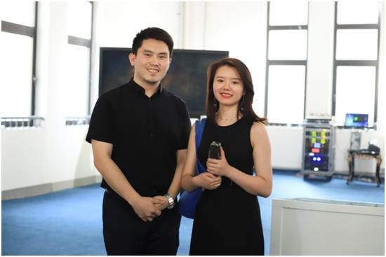 川谷汇集团董事长刘泽龙先生为参展机构、艺术家颁发奖杯