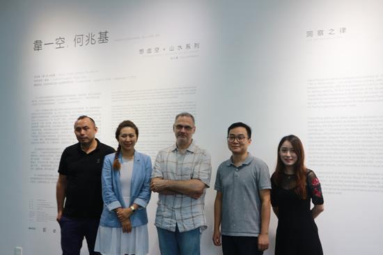 左起:华侨城盒子美术馆执行馆长刘可,Lucie Chang Fine Arts 艺术总监常越,艺术家韦一空,美术馆策展人冀然