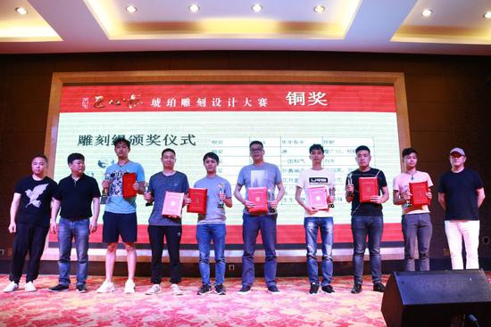 中国玉石雕刻大师黄罕勇先生、葛洪先生、杨光先生为获得雕刻组铜奖的领奖代表颁奖