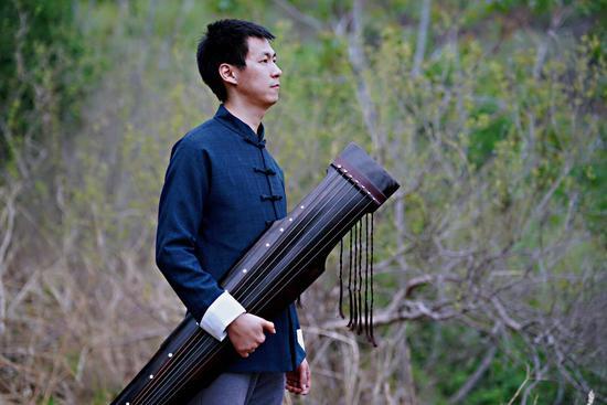 古琴'承一堂'品牌创始人——李维尚  中国琴会会员,北京古琴文化研究会会员,中国艺术研究院音乐研究所硕士研究生,中国民族管弦乐学会民族乐器演奏艺术水平考级委员会高级古琴指导教师李维尚。