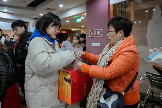 活动结束后,上海玉佛禅寺还为受助学生准备了新年素食大礼包