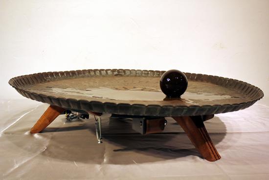 ? Michael Fadel, 不醒, 2017, 钢珠, 橄榄油, 金属盘, 机械元件, 25.4 x 81.2 x 81.2 cm