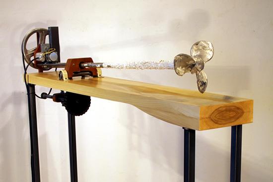 ? Michael Fadel, 前方或者没有方向, 2017, 螺旋桨, 水, 木材, 机械元件, 122 x 162.5 x 27.9 cm
