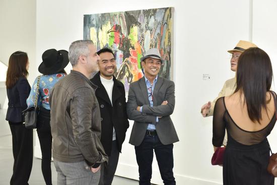 受邀嘉宾在作品前进行艺术交流