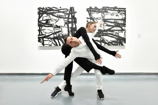 舞者在作品前进行舞蹈创作