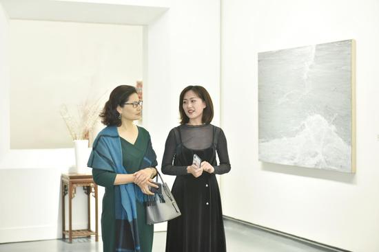 艺术厦门工作人员为受邀嘉宾讲解作品