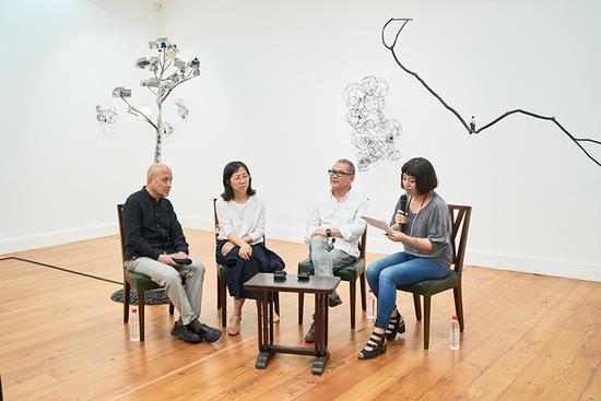开幕对谈现场 左起:参展艺术家计文于、朱卫兵、冯力仁、策展人评论家张婷