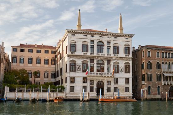 安縵威尼斯座落在大運河邊,所在的建筑建于16世紀,保留了Palazzo宮殿的貴族風格,是擁有逾百年歷史的古老建筑。