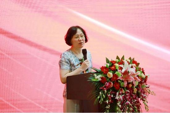 中国工艺美术协会常务副会长张红发言