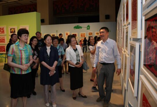 领导和嘉宾参观展览