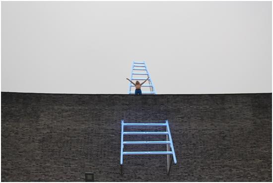 艺术家Jiri David 登上天台