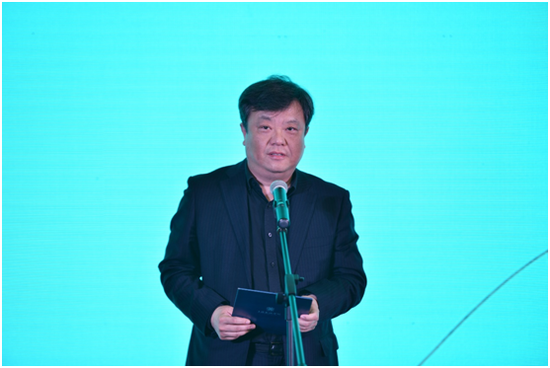 (图注:图为上海美术学院导师代表李超教授宣誓)