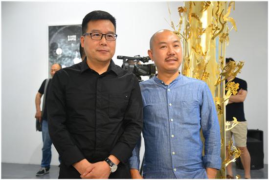 凤凰含章艺术中心总经理、出品人于飞翔与艺术家陈胄合影留念(从左往右起)