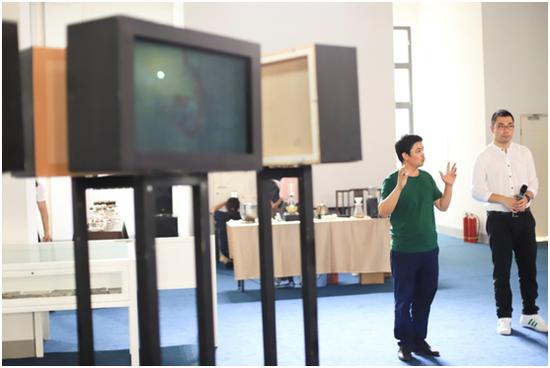艺术家代表涂少辉为现场观众讲解作品
