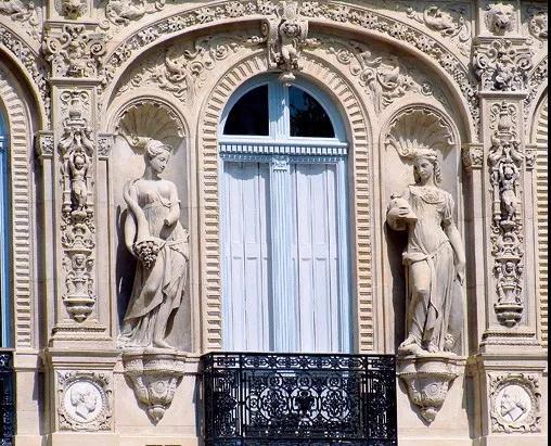 位于法国香榭丽舍大道大街25号的LaPa?va酒店,拥有悠久的历史,现为旅行者俱乐部酒店,酒店外墙的雕塑美轮美奂。 (Fred Romero供图)