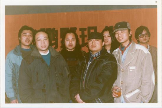 1996年1月,在北京九月画廊举办个展《张鹏野现代艺术展》,与朋友合影。(左一为张鹏野)