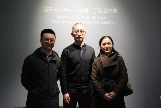 """展览现场。左起:""""不同艺见""""执行馆长李裕君、艺术家张勇、雅昌艺术网总编谢慕"""