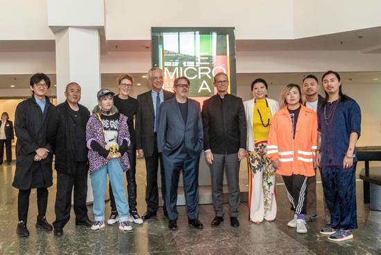 主办方,柏林市市长(左七),策展人,艺术家合影