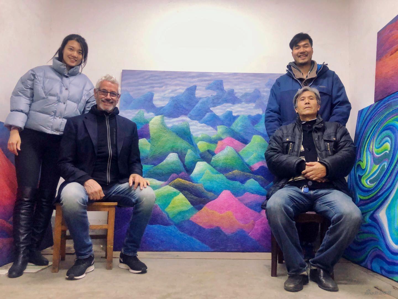 赵一霖、Trevor Harvey、朱玉祥、朱佩鸿(左起)在朱玉祥工作室中