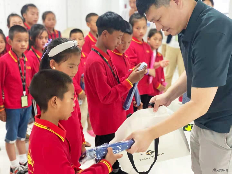 中国人民大学附中音乐教师潘磊送给每个孩子一个竹笛