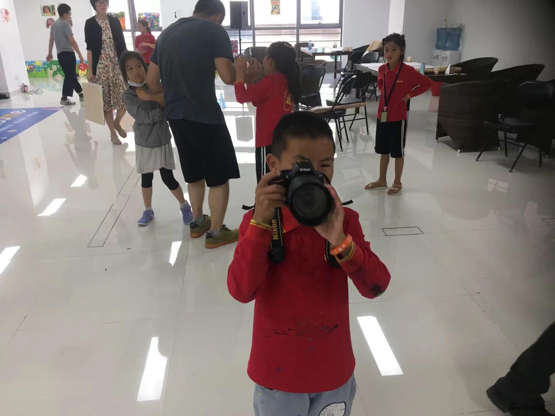 阿吉尔布在给老师拍照