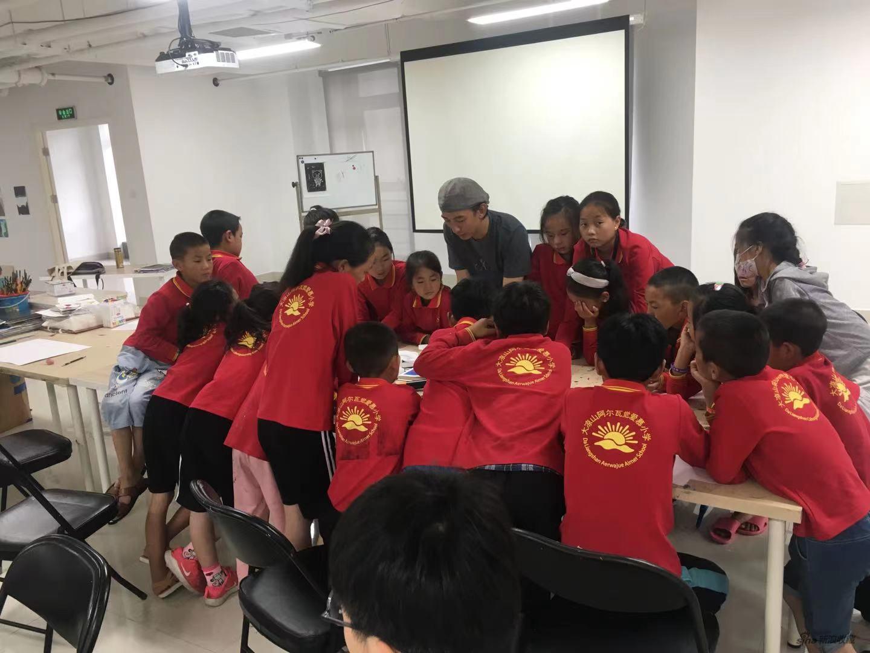 裴莹老师指导孩子们动手制作