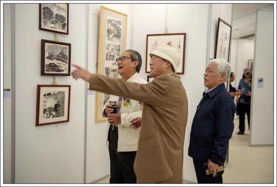 周志高主席、吴少华会长观看展品