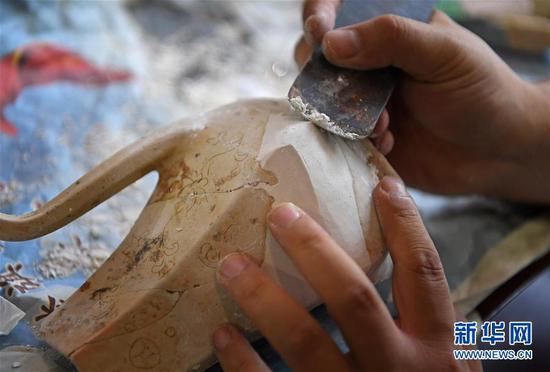 工作人员修复一件瓷器