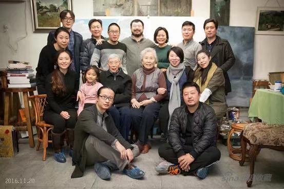 2016年人大徐悲鸿艺术学院2000级绘画系、国画系、动画系同学到李天祥、赵友萍先家拜望与先生们的合影