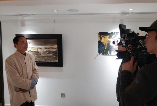 中国艺术研究院研究员贾新光接受中央电视台采访