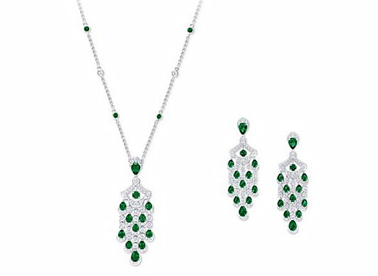 左:Graff 格拉夫 Icon系列多形切割祖母绿和钻石吊坠项链,钻石共重3.08克拉,祖母绿共重3.87克拉 右:Graff 格拉夫 Icon系列多形切割祖母绿和钻石耳环,钻石共重5.35克拉,祖母绿共重7.17克拉