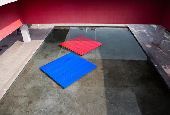 漂浮的彩虹 彩钢板、铆钉、浮力板 480cm×450cm×2 2018