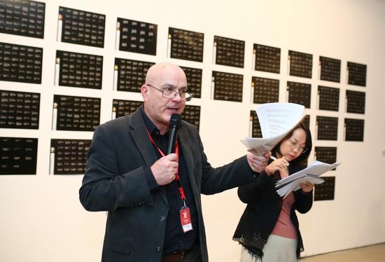 本次展览联合策展人乔纳森·哈里斯导览现场
