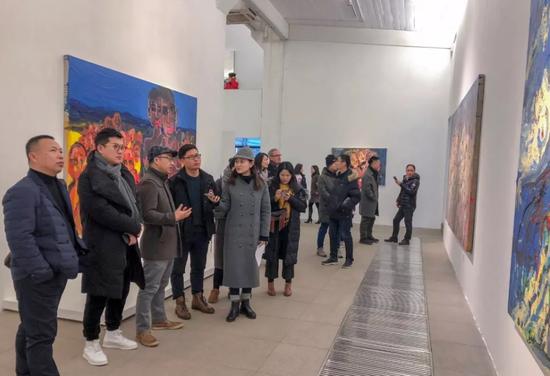 展览现场 杜曦云为媒体讲解作品