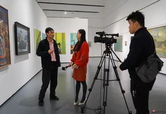 现场艺术家接受媒体采访