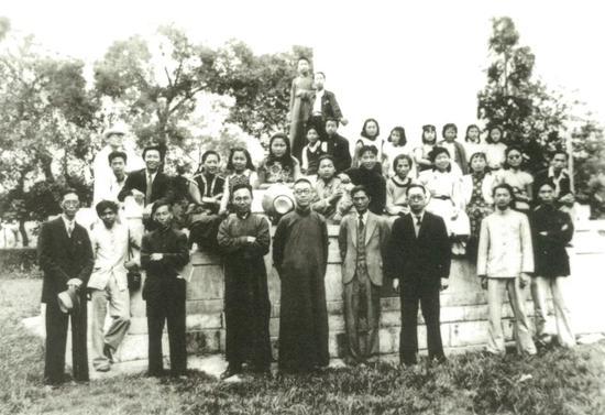 国立艺专教师合影,前排左四为方干民,左五为潘天寿